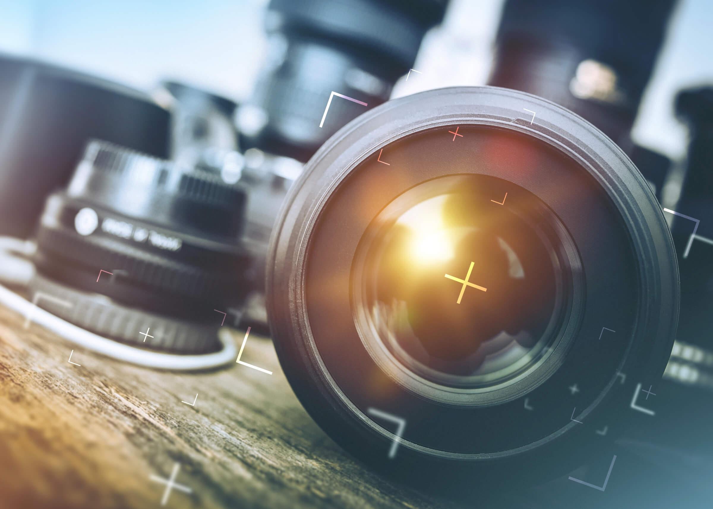 objectif d'appareil photo en gros plan avec d'autres objectifs et appareils photo en arrière-plan